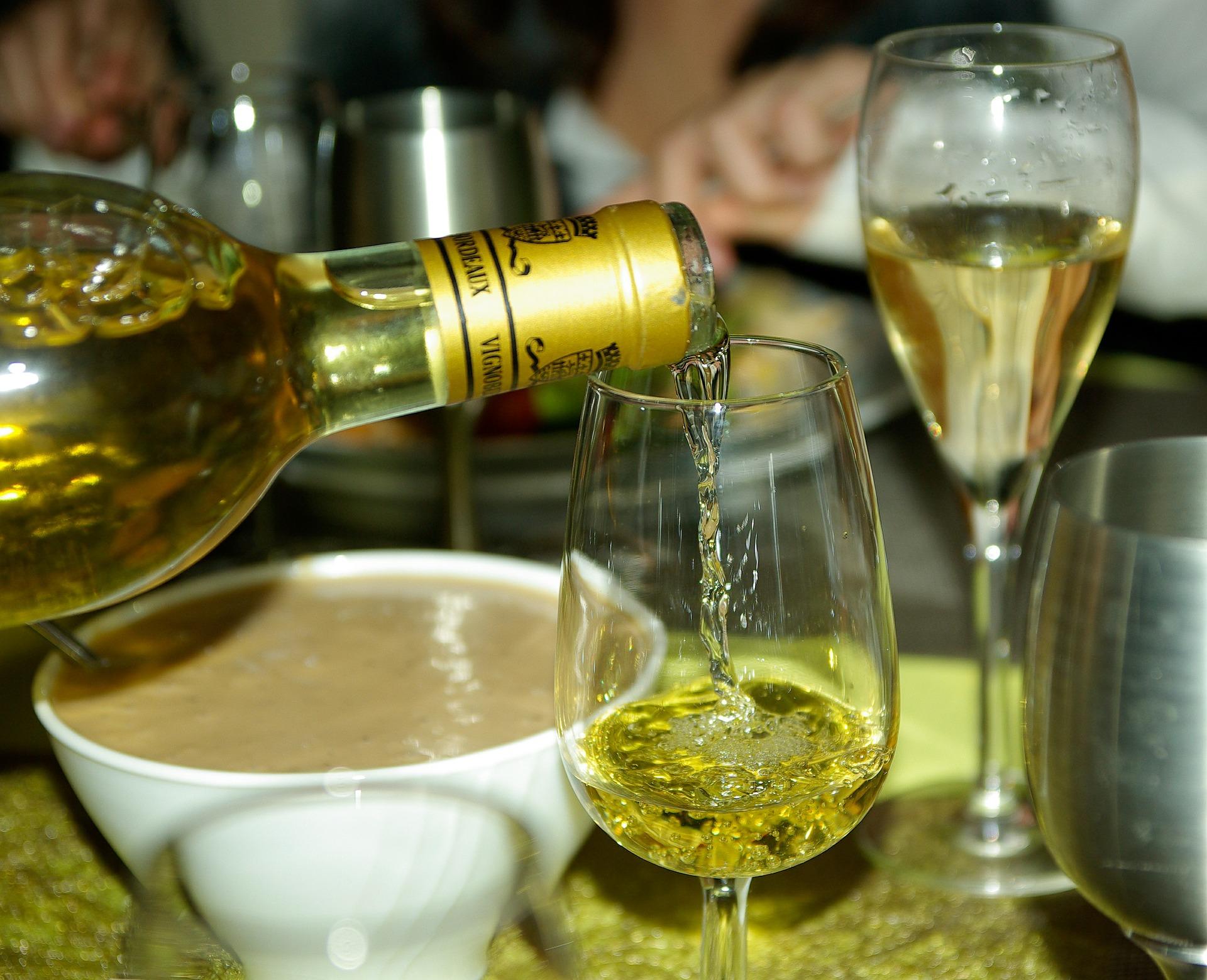 貴腐ワインが注がれる画像